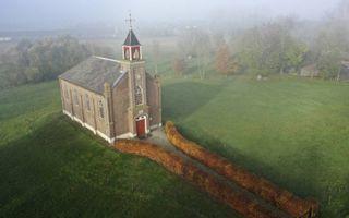Het terpkerkje in de Betuwse buurtschap Homoet. beeld VidiPhoto