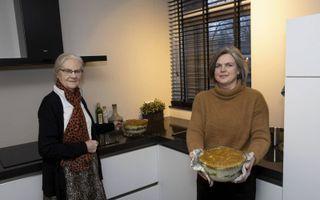 Manda Warnaar (r.) en haar moeder Corrie van der Stouw.beeld RD, Anton Dommerholt