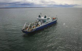 Voor het leggen van onderzeese kabels worden speciale schepen ingezet. Op de foto is de Amerikaanse kabellegger Cable Innovator bezig met het uitrollen van een communicatiekabel tussen Rusland en Alaska. beeld Wikimedia, minsvyaz.ru