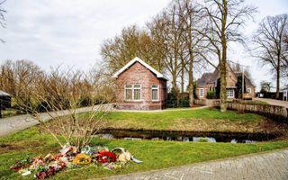 """Tientallen personen voerden actie op de begraafplaats Vredehof in het Zuid-Hollandse Bodegraven. Ze plaatsten bloemen en actiebordjes op graven waarvan zij denken dat de overledenen zijn """"vermoord door een satanistisch pedonetwerk"""". beeld ANP, Robin Utrecht"""