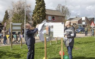 Burgemeester Stoop opende de expositie samen met Barry Ganzeman, gebiedsmakelaar van Tricht.beeld Ab Donker