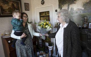 Petra Roest overhandigt een bloemetje aan haar tante Dikkie Timmer-Kuijntjes.beeld RD, Anton Dommerholt