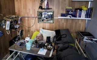 De ernstig zieke Alain Cocq, een bekende Franse pleitbezorger voor euthanasie, thuis in Dijon.beeld AFP, Jeff Pachoud