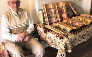 """Barnevelder Gerard Doest, voormalig huisschilder, versiert dakpannen voor het goede doel. """"Met één dakpan ben ik wel zeven uur bezig.""""beeld Ben Bläss"""