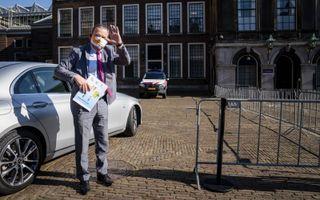Ombudsman Van Zutphen dinsdag bij zijn aankomst op het Binnenhof, voor het gesprek met Tjeenk Willink.beeld ANP, Bart Maat