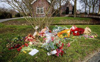 Complotdenkers legden bloemen op begraafplaats Vredehof in Bodegraven. beeld ANP, Robin Utrecht