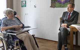 Bestuurder Marco van Hoek in gesprek met een bewoner van Riederborgh. De Ridderkerkse zorgorganisatie bestaat 50 jaar. beeld RD, Henk Visscher