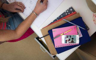 Als de smartphone binnen handbereik ligt, schiet huiswerk maken er soms bij in. Het platform ToegerustGezin wil ouders tips geven rond smartphonegebruik door hun kinderen.beeld ANP, Roos Koole