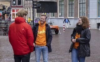 Hendrik en Arianne, vrijwilligers bij ProLife Europe, gaan op straat met leeftijdsgenoten in gesprek over abortus.beeld Erik Kottier