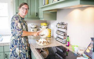 Janneke Brandemann kookt ongeveer eens per twee weken de favoriete maaltijd van het gezin: bloemkool-tortellinischotel met crème fraîche en kerrie.beeld Cees van der Wal