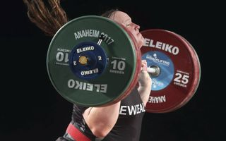 Laurel Hubbard in actie tijdens een competitie gewichtheffen voor vrouwen in Anaheim, Californië, december 2017.beeld EPA, Mike Nelson