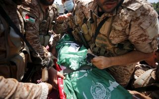 Hamasmilities begraven Osama Deij, een 32-jarige man die gedood werd bij anti-Israëlprotesten op 21 augustus.beeld EPA, Mohammed Saber