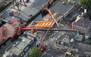 In 2015 vielen twee op een ponton geplaatste bouwkranen in Alphen aan den Rijn om. De ravage was enorm.beeld ANP, Bram van de Biezen