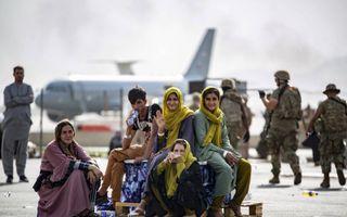 Evacuaties op de luchthaven van Kabul.beeld AFP, Mark Andries