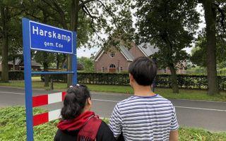 """De Afghaanse vluchtelingen Ahmad en Zahra verblijven sinds drie weken in het Gelderse dorp Harskamp. """"We stimuleren elkaar om Nederlands te leren"""", zegt Zahra.beeld RD"""