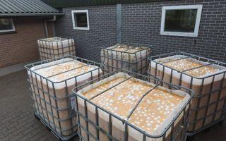 Kapotgeslagen eieren staan in 2017 bij een Drentse boer klaar voor afvoer naar verwerker Rendac.beeld Sjaak Verboom