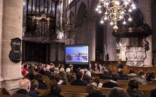 """Het Reformatie Instituut Dordrecht belegde maandag in de Grote Kerk in Dordrecht een jubileumavond over 400 jaar Dordtse Leerregels. """"De remonstranten van nu zijn niet de arminianen van toen, al vinden wij Arminius wel een kanjer.""""beeld Dirk Hol"""