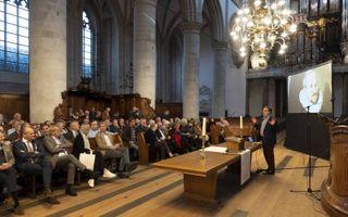 """In de Grote Kerk van Dordrecht presenteerde prof. dr. Fred van Lieburg zijn boek """"Synodestad"""". beeld Sjaak Verboom"""