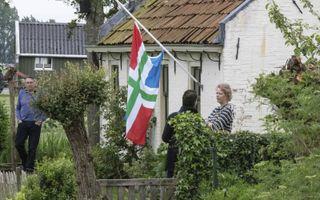 De Groningse vlag hangt halfstok in Westerwijtwerd, waar het epicentrum lag van een aardbeving met een kracht van 3.4. Het is de op twee na zwaarste beving in de provincie Groningen als gevolg van de gaswinning. beeld ANP, Gerwin de Vries