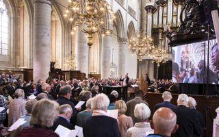 """De nationale synode kwam woensdag bijeen in een volle Grote Kerk in Dordrecht. Door veertig geloofsgemeenschappen werd de """"Verklaring van verbondenheid"""" ondertekend.beeld Dirk Hol"""