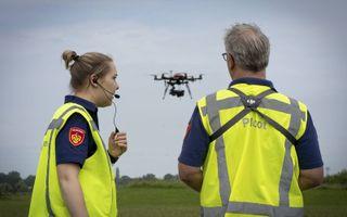 Tijdens een oefening van brandweerregio Midden- en West-Brabant is Bep van Rooij (l.) waarnemer, terwijl collega Harold van Noije de drone bestuurt.beeld Niek Stam