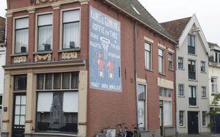 De oude reclame van koffiemerk Kanis en Gunnink in het centrum van Kampen vertelt het verhaal van een succesvol bedrijf.  beeld RD, Anton Dommerholt