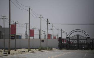 China stelt dat de kampen 'scholen' zijn. Prikkeldraad, wachttorens en ommuurde gebouwen doen echter anders vermoeden.beeld AFP, Greg Baker