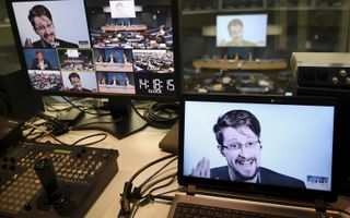 Via videoverbinding geeft Edward Snowden regelmatig vanuit Moskou lezingen elders op de wereld. Foto: bijdrage aan bijeenkomst van de Raad van Europa in Straatsburg. beeld AFP, Frederick Florin