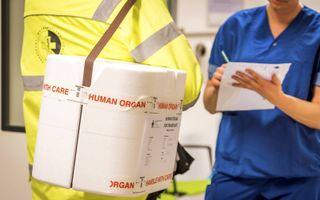 """Een medewerker van het Erasmus MC vertrekt voor het transport van een orgaan. Wie geen keuze maakt, komt in het Donorregister te staan als """"niet bezwaarhebbend"""".beeld ANP, Lex van Lieshout"""