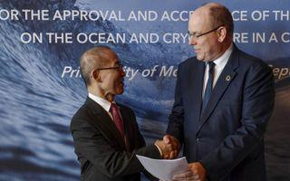 de voorzitter van het IPCC Hoesung Lee (l) presenteert in september 2019 een rapport over de opwarming van oceanen. beeld AFP, Yann Coatsaliou