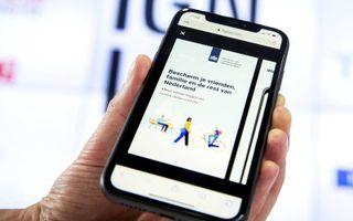 De app CoronaMelder op een telefoon. Vanaf 1 september moet de toepassing door heel Nederland werken.beeld ANP, Vincent Jannink