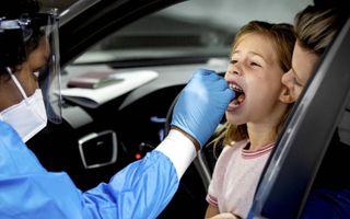 Een medewerker van GGD Rotterdam-Rijnmond neemt een test af. Ondanks een toenemend aantal besmettingen liggen er nog relatief weinig coronapatiënten in het ziekenhuis.beeld ANP, Koen van Weel