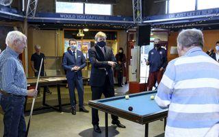 """Koning Willem-Alexander te gast in activiteitencentrum Dwars in Leiderdorp voor """"Tijd voor krijt"""", een initiatief om eenzaamheid onder ouderen te doorbreken. De koning bezocht maandag, in de week tegen eenzaamheid van 1 tot en met 8 oktober, één van de ac"""