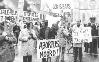 Het prolifegeluid op het Binnenhof in 1974 met op de achtergrond een protestactie van de Dolle Mina's.beeld ANP, Dick Coersen