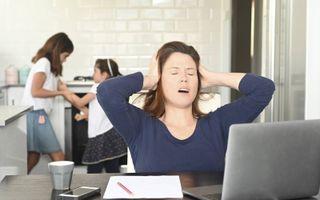 Stress door thuiswerken met ruziënde kinderen op de achtergrond. beeld i Stock