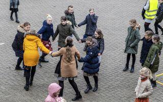 Spelende kinderen op het plein van de Seba-Rehobothschool in Ochten. Er is geen enkele relatie tussen de foto en het artikel. De leerkrachten die aan het woord komen, werken niet op de school in Ochten.beeld RD, Henk Visscher