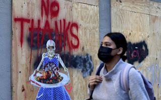 Thanksgiving kan maar zo leiden tot veel besmettingen. Een kunstenaar heeft alvast een zwartgallig beeld op de muur gezet. beeld AFP, Angela Weiss