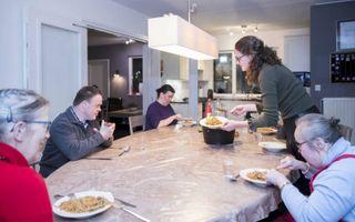 Etenstijd in woonlocatie Schoonsterheim van Adullam. beeld Jaco Hoeve