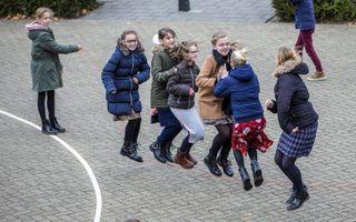Spelende kinderen op het plein van de Seba-Rehobothschool in Ochten.beeld RD, Henk Visscher