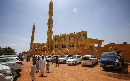 Sudanese moslims arriveren bij een moskee in Khartoem voor het vrijdagmiddaggebed.beeld AFP, Ashraf Shazly