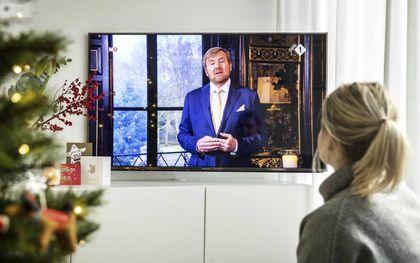 De jaarlijkse kersttoespraak van koning Willem-Alexander vanuit zijn woonpaleis Huis ten Bosch, gezien in een Haarlemse huiskamer. De toespraak werd volgens berekeningen door ruim 2,2 miljoen mensen bekeken. Alleen in 2013, toen de koning zijn eerste kerstboodschap afgaf, waren dat er meer: 2,3 miljoen.beeld ANP, Remko de Waal