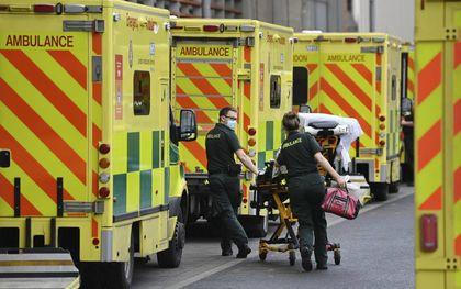 Ambulances staan te wachten bij een ziekenhuis in Londen. Vanwege het grote aantal ernstig zieke coronapatiënten in het Verenigd Koninkrijk –meer dan tijdens de eerste golf– kunnen veel ziekenhuizen de toestroom nauwelijks meer aan.beeld AFP, Daniel Leal-Olivas