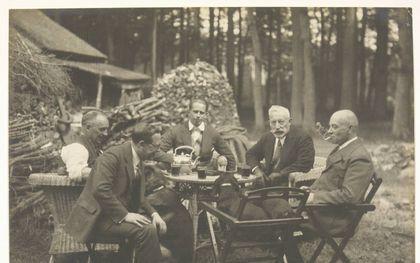 Theepauze bij de houthakkershut bij Huis Doorn. De aandacht is gericht op Wilhelms teckels.beeld Museum Huis Doorn