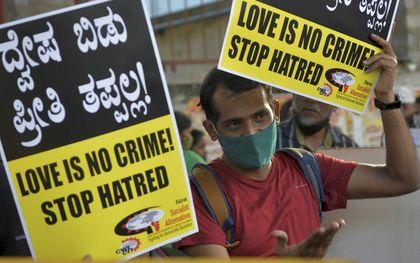 """Activisten demonstreerden vorig jaar in Bangalore tegen de nieuwe antibekeringswet die """"love jihad"""" moet voorkomen.beeld AFP, Manjunath Kiran"""