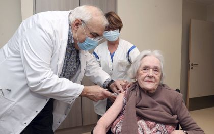 """De 99-jarige Belg Maria Scherlippes krijgt een prik. Van Dijk: """"Niet inenten schept ook een verantwoordelijkheid richting de naaste.""""beeld AFP, Virginie Lefour"""