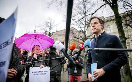 Rutte op 26 november, voorafgaand aan het verhoor door de parlementaire ondervragingscommissie. Gedupeerde ouders wachtten hem toen op, op het Plein voor het Tweede Kamergebouw. beeld ANP, Remko de Waal