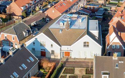 Het huidige kerkgebouw, ingeklemd tussen de woningen. beeld alblasserdamsnieuws.nl