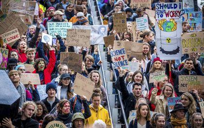 We moeten bij de Kamerverkiezingen in maart stemmen op partijen die geloofwaardig inzetten op het halen van de Parijsdoelstellingen. Foto: klimaatmars in Maastricht in maart 2019.beeld ANP, Marcel van Hoorn