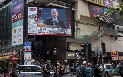 Wereldwijd werd de inauguratie van Joe Biden gevolgd, zoals hier in de Chinese metropool Hongkong.beeld EPA, Jerome Favre