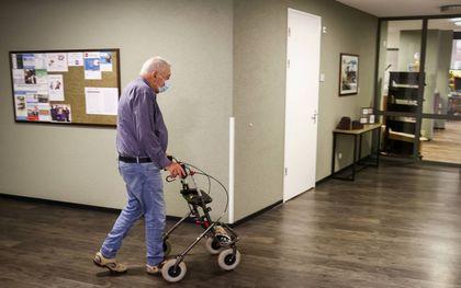 Een verpleeghuis in Hengelo. Door de beperkende coronamaatregelen hebben oudere mensen meer gevoelens van eenzaamheid, somberheid en depressie. beeld ANP, Vincent Jannink